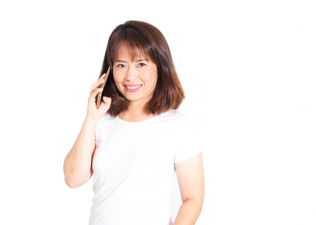 Aziatische volwassen vrouw met behulp van slimme telefoon