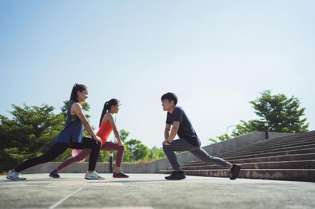 Aziatische vrienden groep joggen in de ochtend