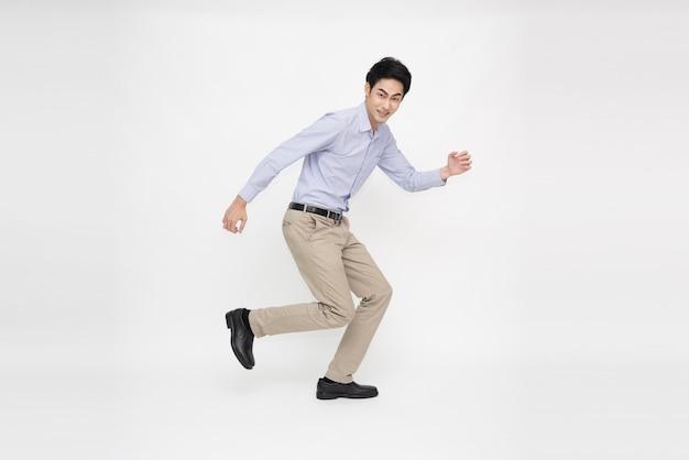 Aziatische vrolijke zakenman springen over witte achtergrond