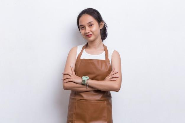 Aziatische vrouw barista serveerster dragen schort op witte achtergrond