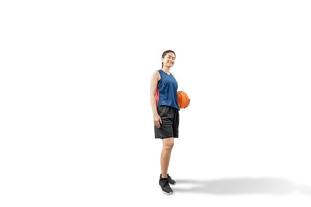 Aziatische vrouw basketbalspeler die de bal