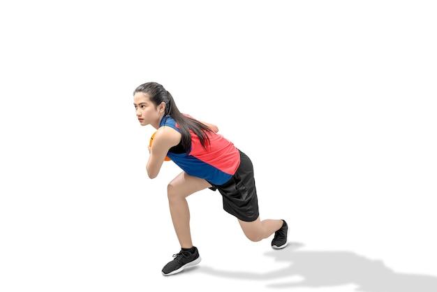 Aziatische vrouw basketbalspeler in actie met de bal
