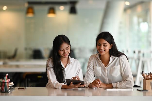 Aziatische vrouw bedrijfsmensen werken samen met digitale tablet op kantoor