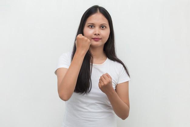 Aziatische vrouw blij en opgewonden vieren overwinning groot succes macht energie en positieve emoties uitdrukken viert nieuwe baan vreugdevol