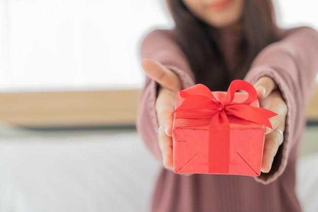 Aziatische vrouw blij om een geschenkdoos te ontvangen