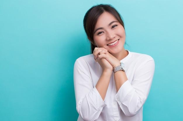 Aziatische vrouw denken en gelukkig