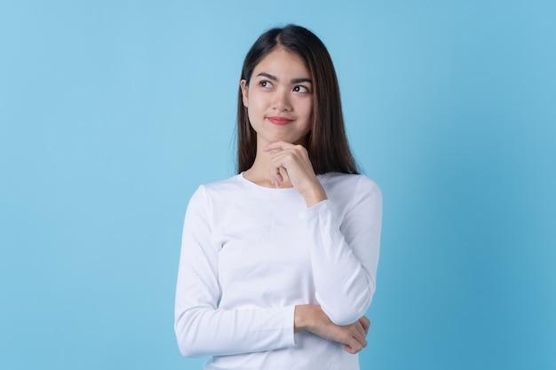 Aziatische vrouw denken en glimlachen