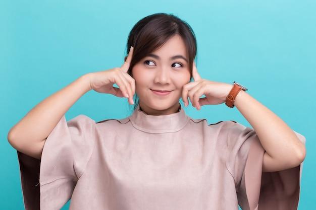Aziatische vrouw denken geïsoleerd