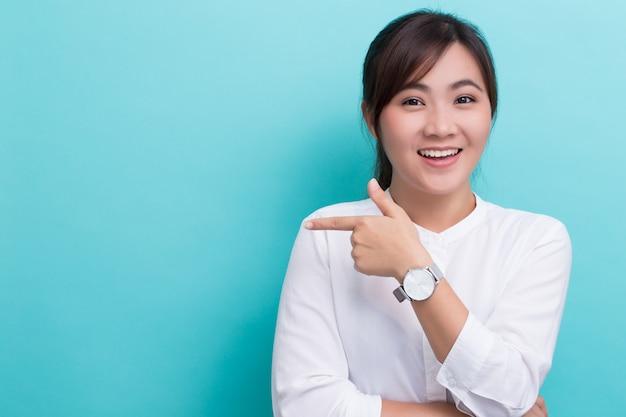 Aziatische vrouw die aan de exemplaarruimte richt