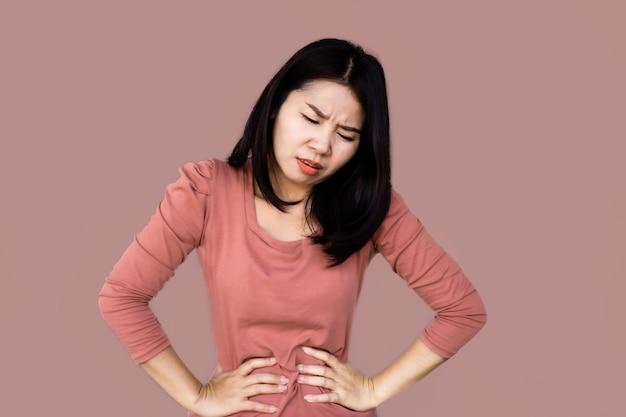 Aziatische vrouw die aan maagpijn lijdt
