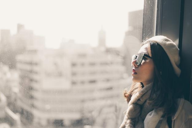 Aziatische vrouw die alleen en depressief zit, portret van vermoeide jonge vrouw. depressie