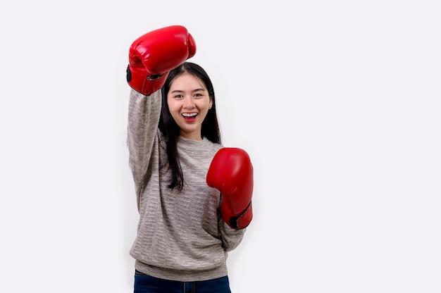 Aziatische vrouw die bokserhandschoenen draagt
