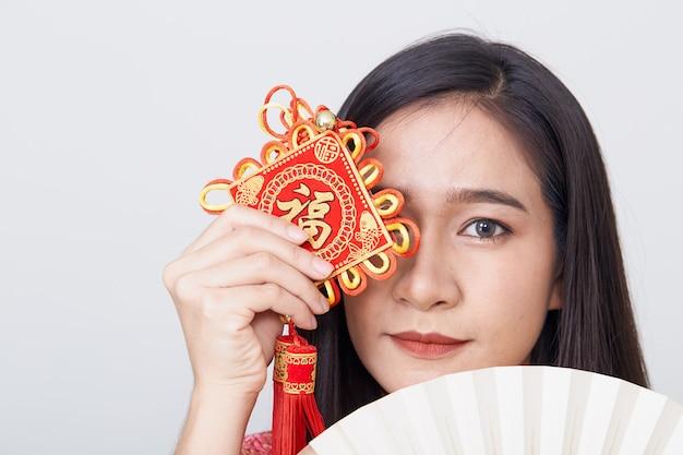 Aziatische vrouw die cheongsam draagt