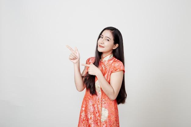 Aziatische vrouw die chinese traditionele kleding draagt