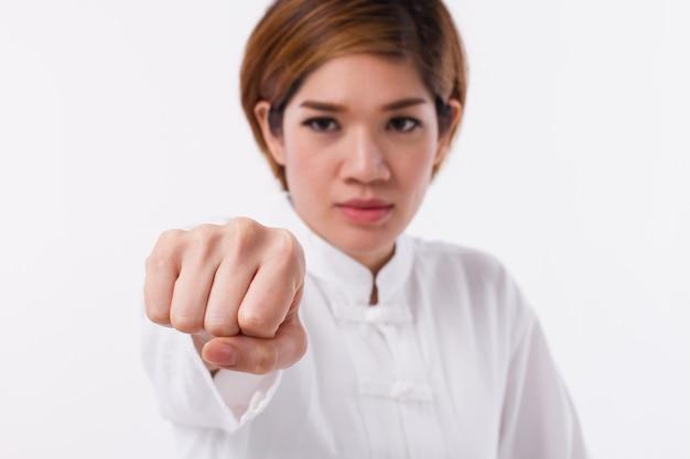 Aziatische vrouw die chinese vechtsporten beoefent