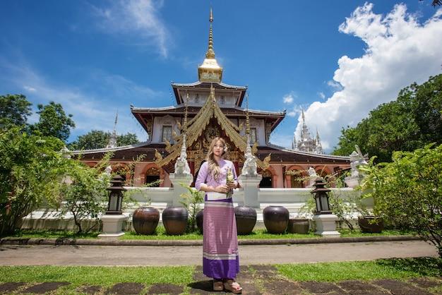 Aziatische vrouw die de traditionele thaise stijl van cultuurlanna, uitstekende stijl, chaingmai thailand draagt