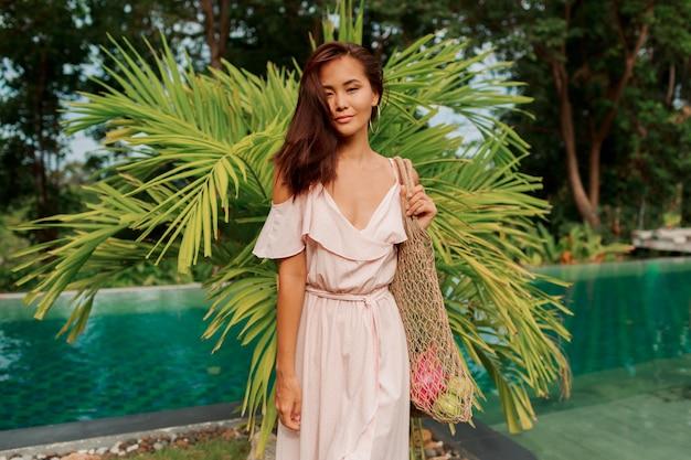 Aziatische vrouw die eco vriendelijke mesh shopper
