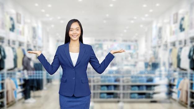 Aziatische vrouw die een casual suite draagt in een virtuele winkel die online te koop is