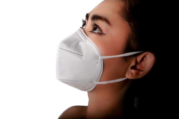 Aziatische vrouw die een gasmasker n95-masker opzet