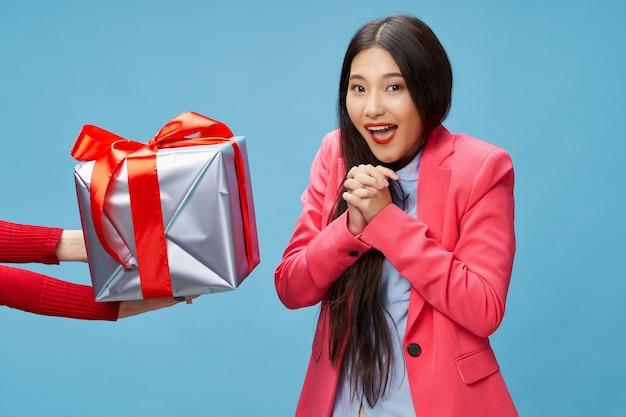 Aziatische vrouw die een gift voor haar verjaardag ontvangt