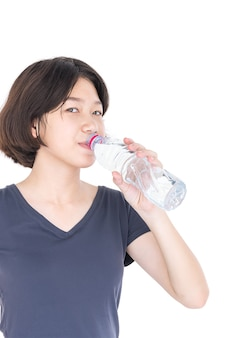 Aziatische vrouw die gebotteld water drinkt