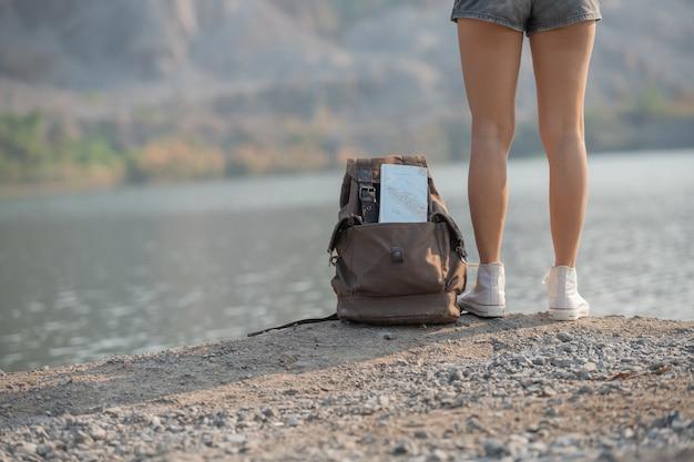 Aziatische vrouw die geniet van de schoonheid van de natuur en naar het bergmeer kijkt
