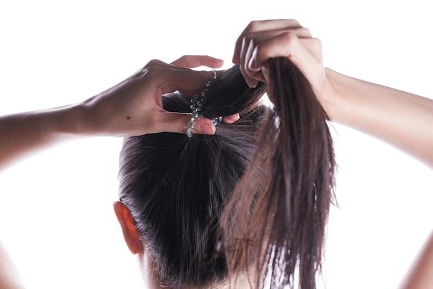Aziatische vrouw die haar haar bindt Premium Foto