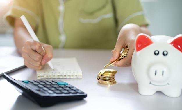 Aziatische vrouw die haar spaargeld berekent