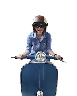 Aziatische vrouw die helm met behulp van die blauwe retro motorfiets drijft