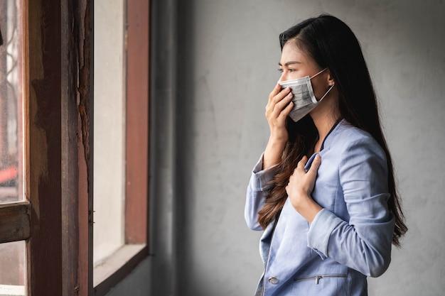Aziatische vrouw die hoofdpijn en pijnen heeft