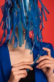Aziatische vrouw die in blauw plastic vaatwerk wordt behandeld