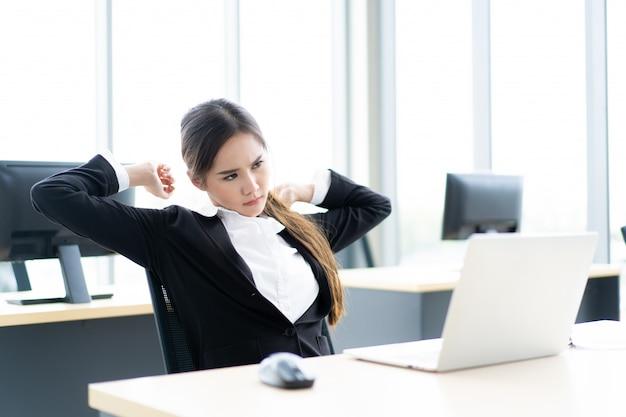 Aziatische vrouw die in bureau werkt