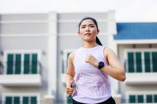 Aziatische vrouw die in de stad loopt