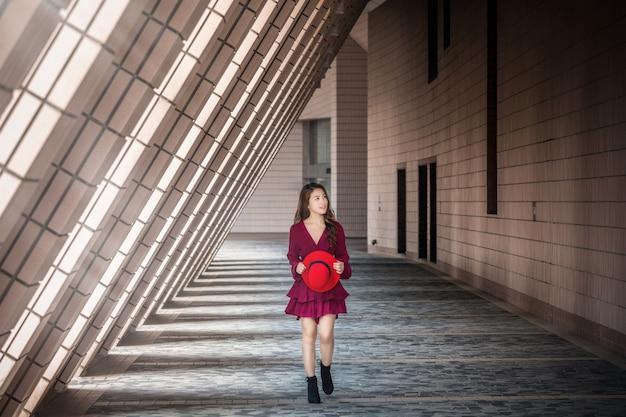 Aziatische vrouw die in hong kong loopt.