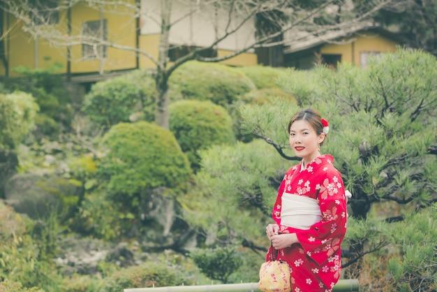 Aziatische vrouw die kimono in japan draagt