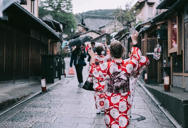 Aziatische vrouw die kimono in japan, tokyo draagt