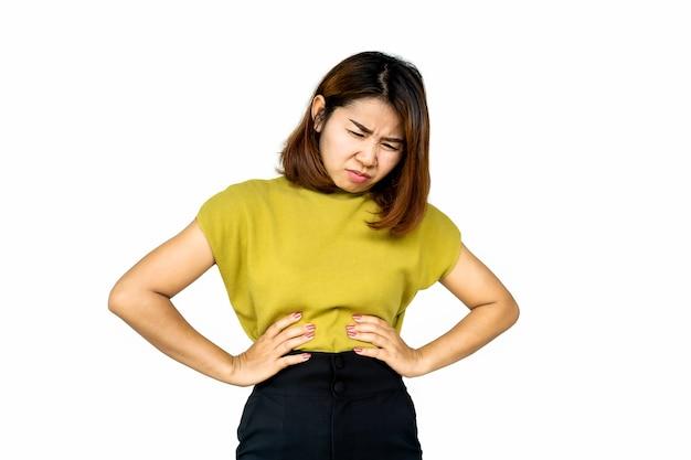 Aziatische vrouw die lijdt aan buikpijn, brandend maagzuur
