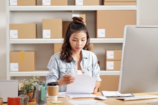 Aziatische vrouw die met documenten werkt