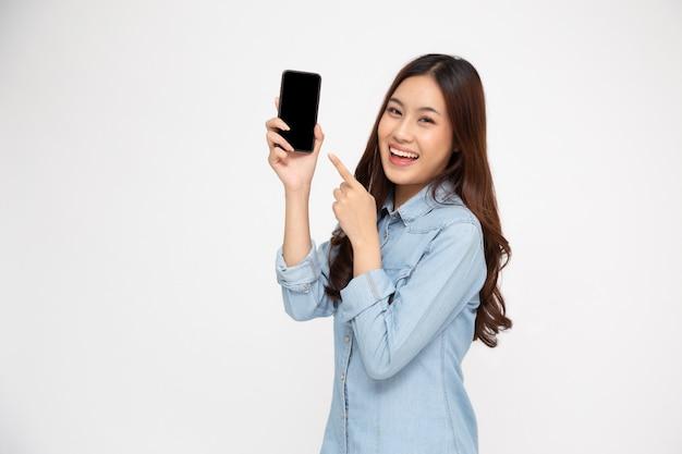 Aziatische vrouw die mobiele telefoontoepassing toont en vinger aan smartphone richt.