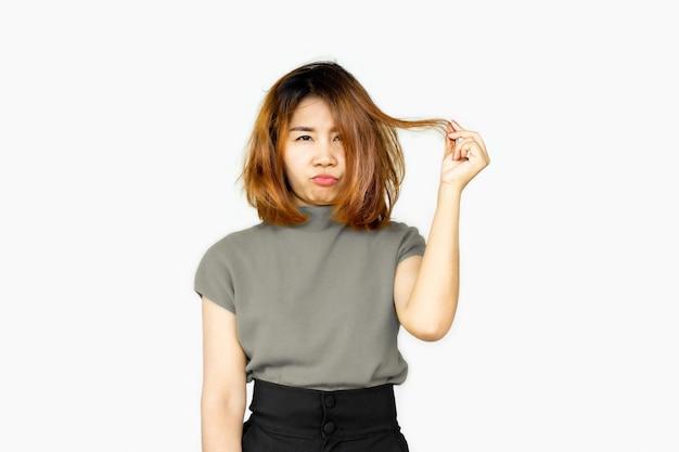 Aziatische vrouw die probleem heeft met beschadigd, dun haar
