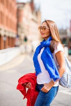 Aziatische vrouw die rond de oude engelse stad loopt