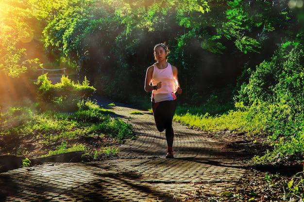 Aziatische vrouw die 's ochtends in het landelijke landschap loopt