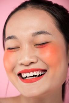 Aziatische vrouw die samenstelling draagt
