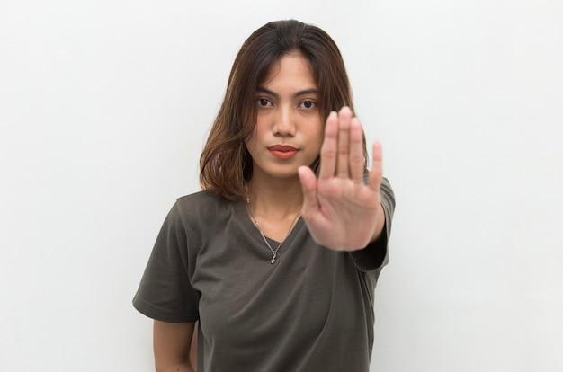 Aziatische vrouw die stopgebaar met haar hand maakt