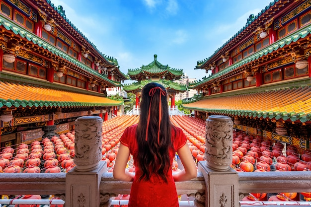 Aziatische vrouw die traditionele chinese kleding draagt bij sanfeng-tempel in kaohsiung, taiwan.