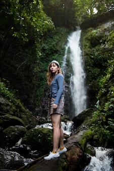 Aziatische vrouw die van een openluchtreis geniet