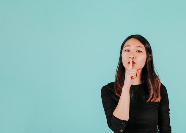Aziatische vrouw die vraagt om geheim te houden