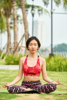 Aziatische vrouw die yogatraining doet