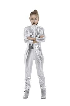 Aziatische vrouw die zilveren latexkostuum draagt
