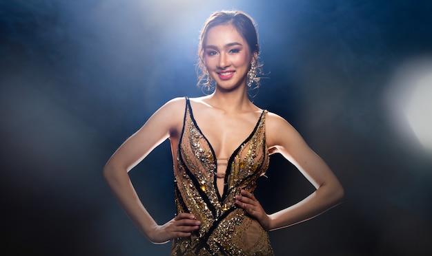 Aziatische vrouw draagt een bruine jurk met pailletten